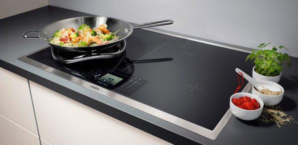 Индукционная-варочная-панель-на-кухне